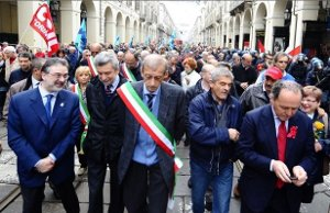 Fassino-1-maggio-2012-contestato