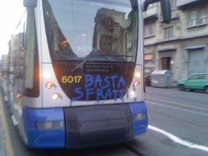 basta-sfratti-su-un-tram-a-torino